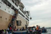 Perahu tempel, perahu bermuatan barang-barang berdesak-desakkan menjajal lambung Tidar