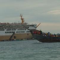 "Dengan sarat muatan, kapal penjemput milik Pemda berlayat menuju Kapal buatan Jerman ini ""Tidar"""