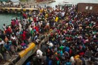 Kapal penjemput milik Pemda menurunkan penumpang ke Pelabuhan Kaimana