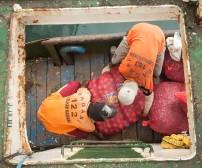 Petugas angkut Pelabuhan dengan sigap memindahkan isi perut Tidar ke Kapal penjemput milik Pemda