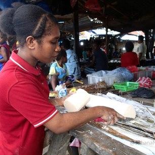 Di Pasar tradisional ini, masih banyak ditemui penjual sagu. Sagu merupakan makanan pokok masyarakat Papua. Biasanya, Sagu akan diolah menjadi Papeda yang dikonsumsi dengan Ikan kuah kuning