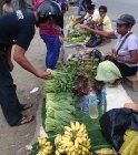 Pembeli di Pasar Boswezen