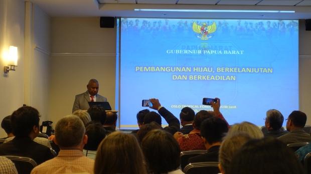 5B. Gubernur Papua Barat Drs. Dominggus Mandacan berbicara dalam Seminar Hutan Tropis di Oslo_Norwegia pid